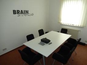 Besprechungsraum mit Platz für 6-8 Personen, Beamer und Leinwand