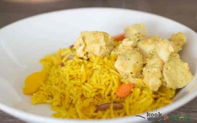 Kipsate met yoghurt marinade met gele rijst