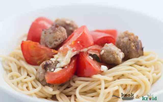 Pasta geroosterde tomaat en worstjes