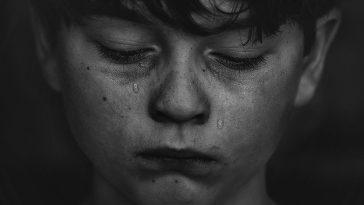 ağlayan çocuk, çocuk istismarı