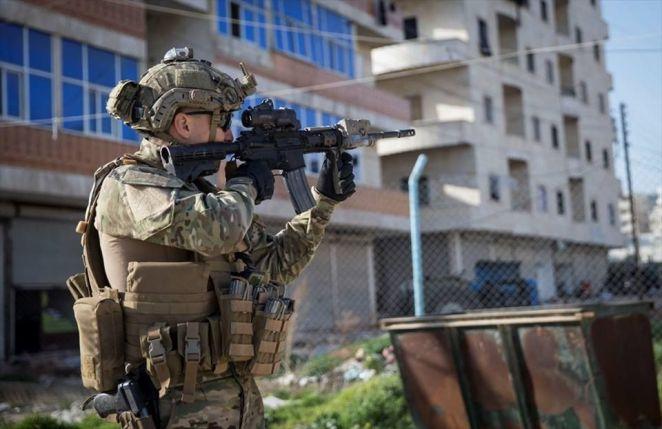 türk özel kuvvetler askeri silah tutuyor nişan alıyor