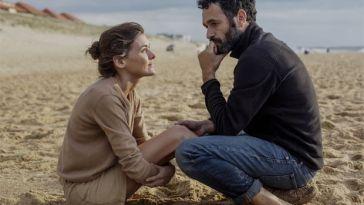 kumsalda shilde oturan erkek ve kadın