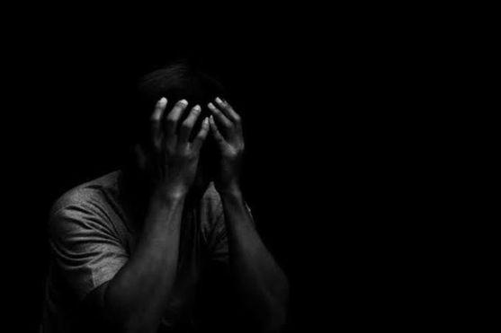karanlıkta ağlayan adam