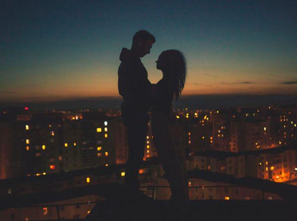 çatıda birbirine sarılan çift