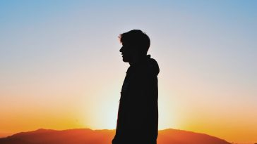 günbatımında yalnız adam