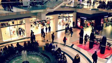 alışveriş merkezinde gezen insanlar