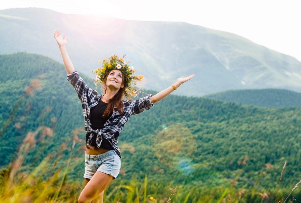 dağda yeşillik içinde sevinen kadın kişisel değişim için