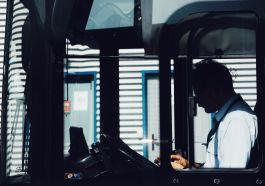 otobüs şoförü telefon kullanıyor psikoteknik test