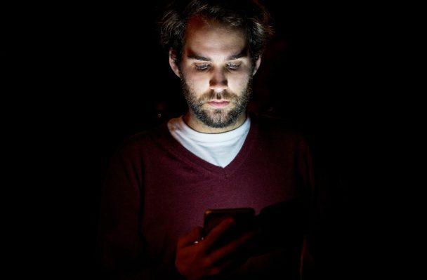 gece telefon kullanan erkek