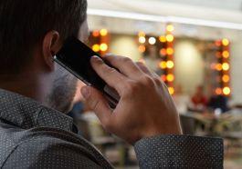 telefonla konuşan erkek