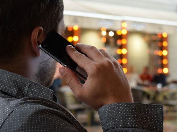 telefonla konuşan erkek (sanal telefon numarası)