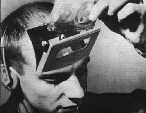 kafasına müzik kaseti koyan adam