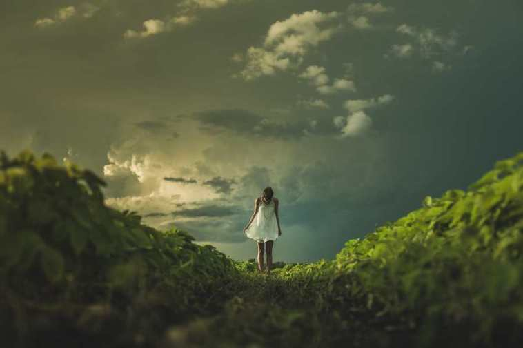 doğada yalnız kadın