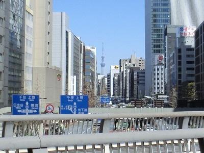 昭和通りの陸橋から上野方面を見ると、スカイツリーが
