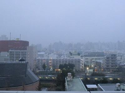 小雪のちらつく風景(新大久保周辺)