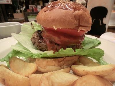 せっかく来たのでNY仕込みの特製「アディロンダックバーガー」に食らいついた
