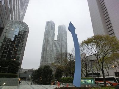 小雨に煙る都庁