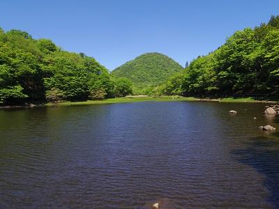 正面に見えるのは通称富士山(新湯富士)