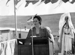 1960: Hulda Jakobsdóttir bæjarstjóri Kópavogs flytur ávarp á 17. júní um 1960. Ljósm. Magnús Bæringur Kristinsson/Héraðsskjalasafn Kópavogs.