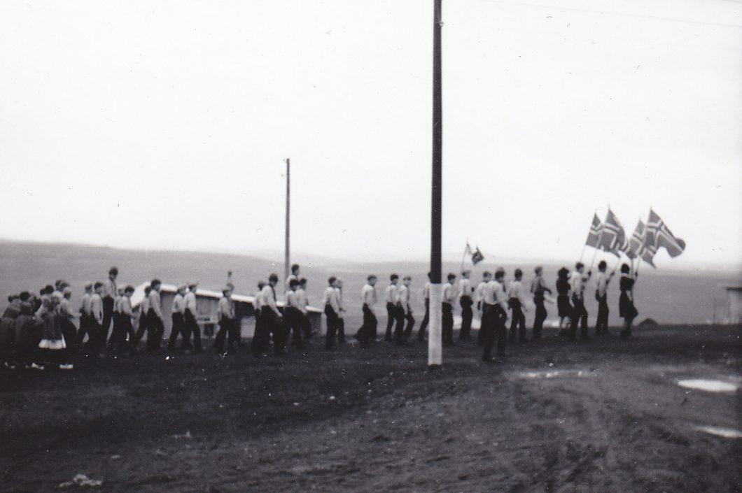 Skátar í skrúðgöngu á Digranesheiði, sumardaginn fyrsta eða 17. júní, í kringum árið 1960.