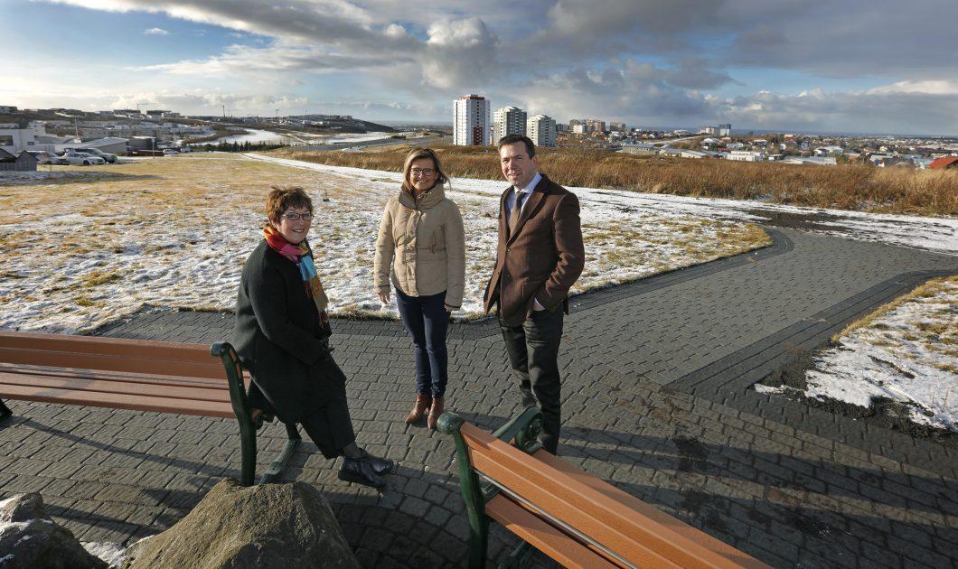 Ármann Kr. Ólafsson bæjarstjóri, Theodóra S. Þorsteinsdóttir formaður bæjarráðs og María Maríusdóttirhugmyndasmiður verksins vígðu áningastaðinn í dag.