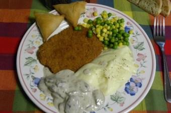 Σνίτσελ κοτόπουλου με σάλτσα μανιτάρια εικόνα