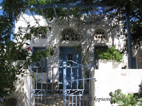 Τυπικό Σπίτι της Τήνου με τους περιστερώνες από πάνω