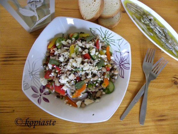 Μαυρομμάτικα με χωριάτικη σαλάτα εικόνα