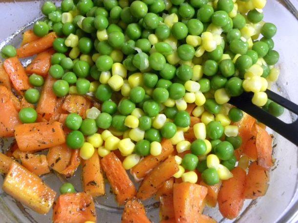 καρότα ψητά, αρακάς και καλαμπόκι φωτογραφία