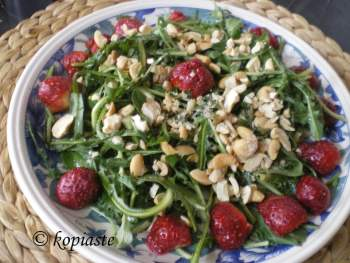 stamnaggathi-with-strawberries-salad