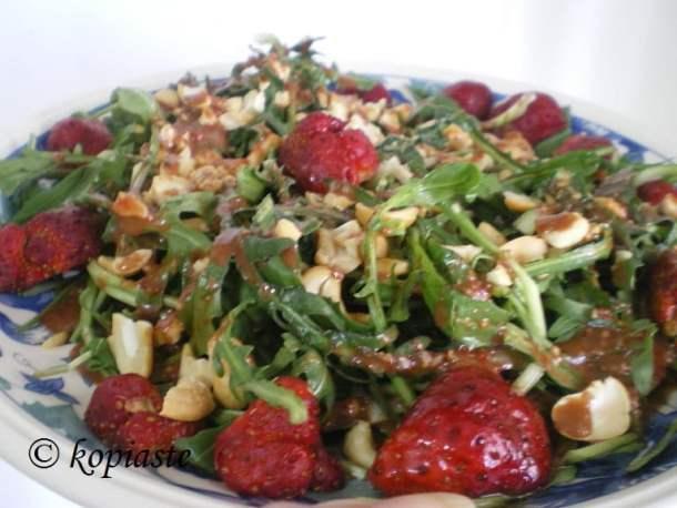 stamnaggathi-salad-with-strawberries