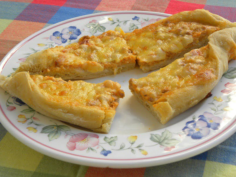 Pizza Peinirli with Bolognaise Bechamel filling cut