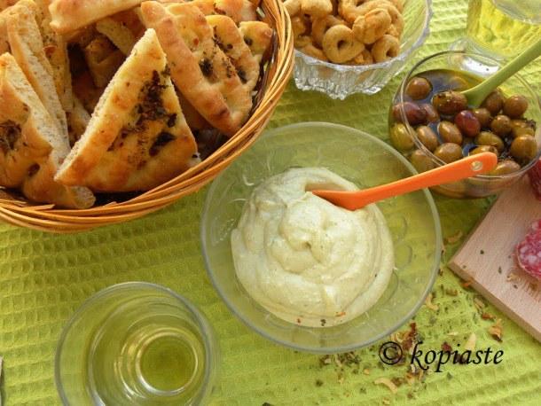pesto-greek-yoghurt-and-feta-dip-with-pita-chiips