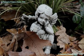 Friedhof_Engel_mit_Erde_Raphaela_Kopper-Zisser_2020