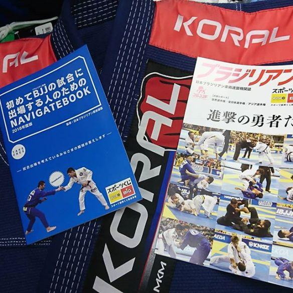 JBJJF(日本ブラジリアン柔術連盟)発行の機関誌「ブラジリアン柔術 vol.4」及び「初めてBJJの試合に出場する人のためのNAVIGATEBOOK」をKORAL JAPANにてご希望の方に無料配布しております。KORAL JAPAN 池袋店の店頭にてお申し付け頂くか、オンライン/モバイル店でご注文頂く際に注文フォームの「連絡事項」の欄に「ブラジリアン柔術 vol.4」同封希望、「初めてBJJの試合に出場する人のためNAVIGATEBOOK」同封希望のいずれか、又は両方をご記入ください。ご注文の商品に同封し送らせて頂きます。尚、当機関誌のみの発送はお受けしておりませんので予めご了承下さい。又、弊店に機関誌の在庫が無くなり次第、配布は終了させて頂きます。タイミングによってはご希望に沿えない場合がありますこと、ご理解の程宜しくお願い致します。#jbjjf #日本ブラジリアン柔術連盟 #機関誌 #ブラジリアン柔術vol.4 #初めてBJJの試合に出場する人 #koraljapan #池袋 #無料配布中