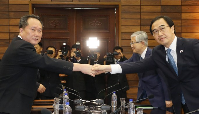 South Korea's Minister of Unification Cho Myoung-gyon (left) shake hands with his North Korean counterpart, Ri Son-gwon, after high-level talks on Aug. 13.
