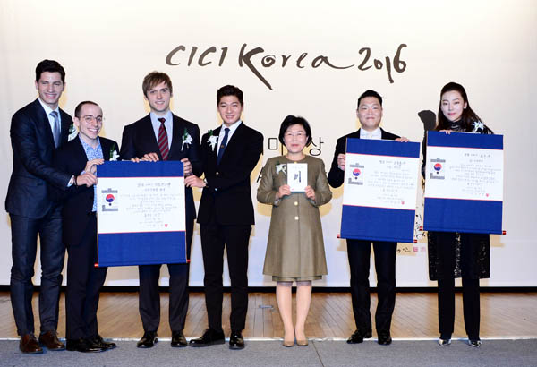 "Honorees from the Corea Image Communication Institution's 11th Korea Image Awards pose with CICI President Choi Jung-wha, third from right, at the award ceremony Tuesday in Seoul. The Stepping Stone Award, the highest honor, went to Psy, second from right, while four panelists from JTBC's ""Non-Summit,"" from left, Alberto Mondi, Tyler Rasch, Guillaume Patry and Zhang Yuan, received the Stepping Bridge Award, and violinist Clara Jumi Kang, right, was presented with the Flower Stone Award. [NEWSIS]"