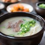 Boiling hot ox bone soup in an earthen ware