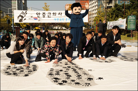 Independence activist Ahn Jung-geun remembered: Officials from the Ministry of Patriots & Veterans Affairs and citizens take part in a hand printing ceremony Wednesday, at the Yeouido Park in Seoul, to mark Ahn Jung-geun (1879-1910)'s 1909 assassination of Hirobumi Ito, a former prime minister of Japan, in Harbin, China. Ahn held Ito responsible for the annexation of Korea by Japan in 1910. -- caption and photo by Korea Times