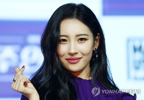 "Singer Sunmi poses for the camera during a press showcase for her new single ""Heroine"" at a Seoul hotel on Jan. 18, 2018. (Yonhap)"
