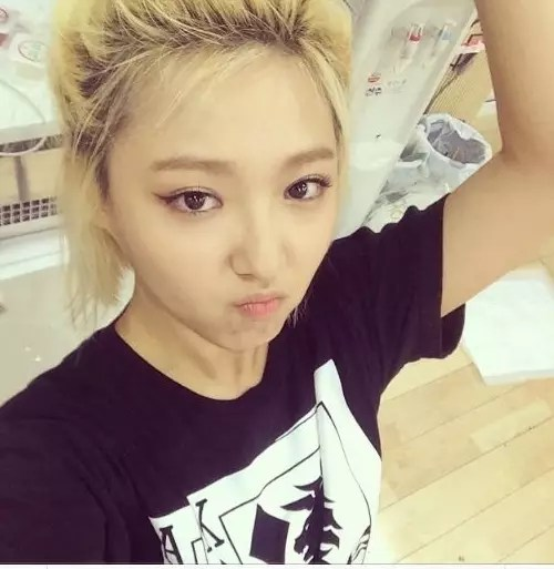 miss-a-min-asks-her-fans-whether-she-should-dye-her-roots