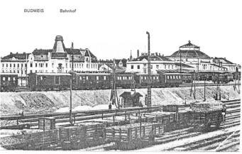 Na náspu se nachází nové osobní nádraží, pod ním kolejiště ranžíru.