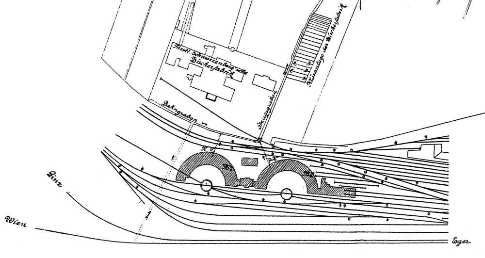 Budějovická výtopna kolem roku 1910. V těsném sousedství výtopny stál Schwarzenberský akciový cukrovar s vlečkou. Před přestavbou uzlu vedla kolej ve směru na Linec a Želnavu za topírnami, které byly vystavěny už v roce 1883 pražskou firmou Friedrich Horschitz, kolej na Vídeň asi 25 metrů před točnami. Kolejiště výtopny bylo přestavbou podstatně rozšířeno a přibyly nové uhelné skládky tzv. figury.