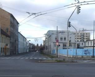 Obr. č. 17 A toto je pohled na stejné místo dnes (křižovatka ulic Nádražní a Průmyslová). Původní rohovou budovu zničil na konci 2. světové války spojenecký nálet.