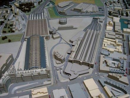 Model znázorňující přestavbu oblasti King's Cross v Londýně a nový terminál pro železniční tunel podél Lamanšského průlivu. | Autor: Andrew Dunn , 27. října 2004, wikimedia