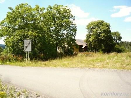 Chotoviny - bývalý strážní domek ř. 63 v km 91,062 nad zasypaným zářezem původní trati. u zrušeného nadjezdu.