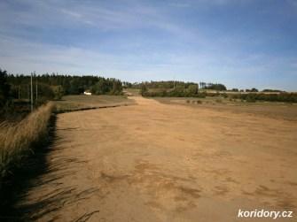 Pohled na trasu přeložky trati směrem k Lipinám, dálnici D3 a Meznu.(Autor: Simba, koridory.cz)