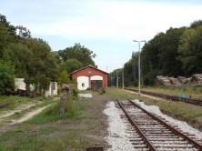 Revitalizace stanice Szydlów - stav na konci srpna 2018. Výtopna již bez kolejového napojení (zdroj: ostatniafabrykaparowozow.opolskie.art.pl).