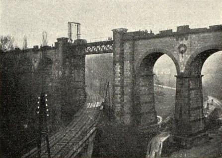 Stará konstrukce mostu dosud stojí na ložiskách (Český svět 1925).