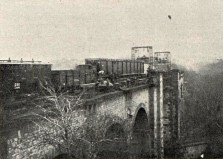 Nová konstrukce přivezena na vagonech až před otvor mostu (Český svět 1925).